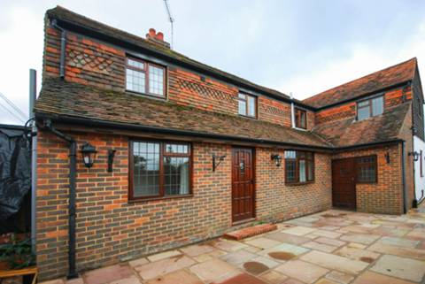 View full details for Frosbury Farm, Gravetts Lane, Fairlands, GU3