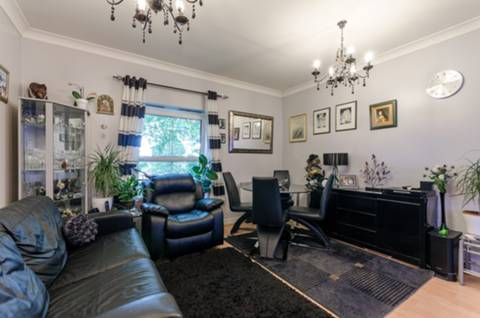 View full details for High Road, North Finchley, N12